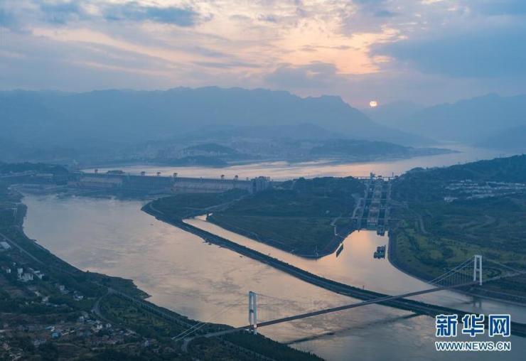 这是5月7日在湖北宜昌市三斗坪镇航拍的三峡大坝.