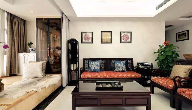 客厅旁边的阳台装上榻榻米,以窗帘隔断成为一个独立的小茶室,还可以