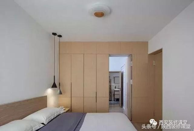 主卧空间原木色家具搭配,侧墙与书房隔壁通顶衣柜,隐形门设置