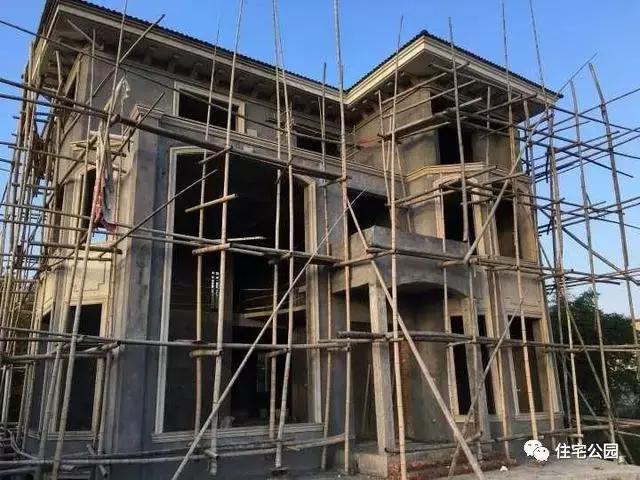 安装窗套,檐口线,先预埋钢筋,再固定模板,之后现浇砂浆,养护2-3天完成