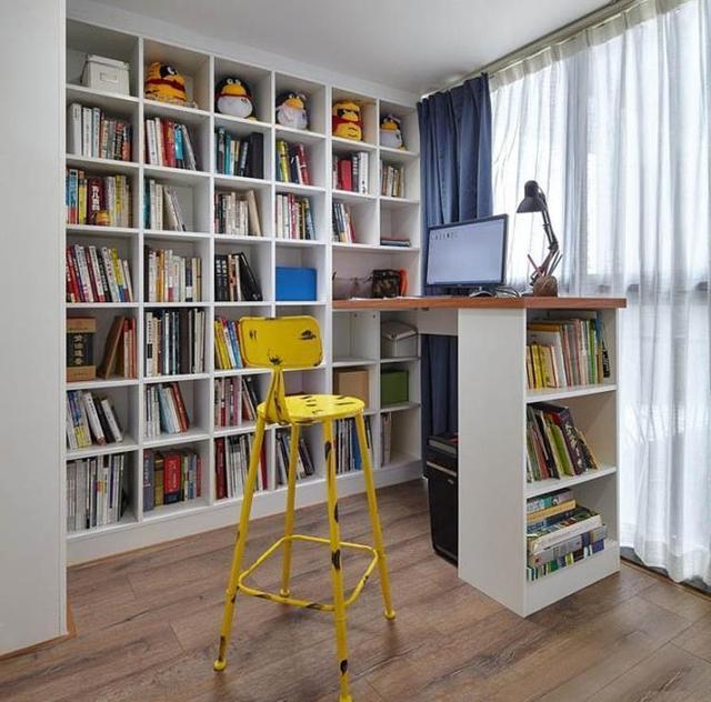 與臥室連接的陽臺只用來晾衣服是很浪費的,改造成了陽臺書屋,搭配