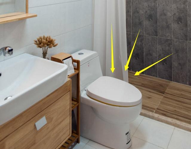 设计在淋浴房内,这样卫生间就不用单独做地漏,洗澡的水流入蹲便器就