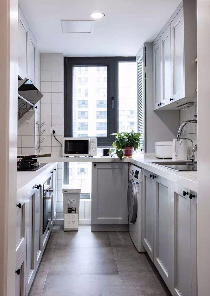 灰蓝色橱柜搭配大理石台面,墙面全采用瓷砖,方便业主清理油烟污垢.