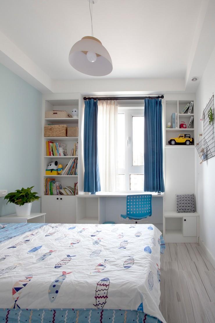 儿童房采用了榻榻米的设计,结合特色蓝白配的窗帘,在窗户两侧打造出具