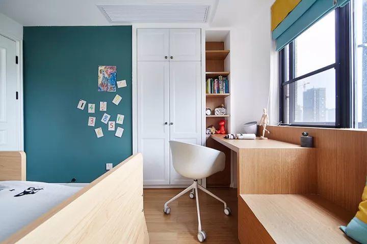 靠窗打造了一个飘窗与书桌,一体式设计,很省空间.