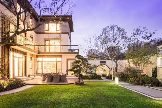 其中,主力产品170 平米l 型合院别墅和130 平米高层公寓,格局巧妙图片
