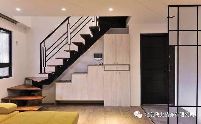 不同材质的地板和通透的现代感玻璃屏风作为隔断,同时在楼梯下方设置