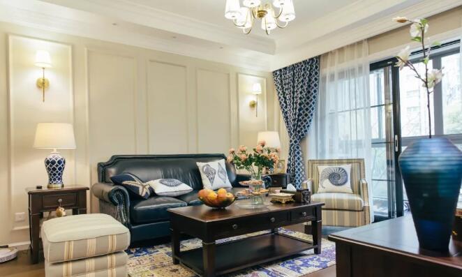客厅木色地板加铺民族风地毯,奶茶色墙面采用石膏线勾勒美式背景图片