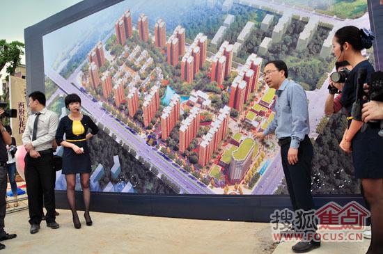 金河湾董事长唐忠明给领导介绍项目