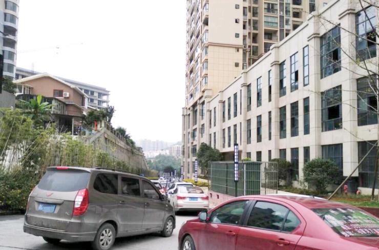 小区停车收费标准引居民质疑 社区多次协调,业主物管将再商议