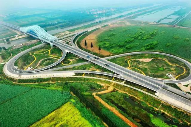 济宁西二环跨铁路及国道327立交桥架设完成,全线年底通车