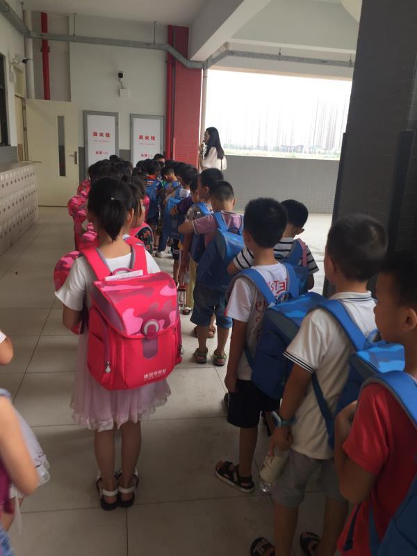新学期助力孩子成长 世荣兆业送出爱心书包