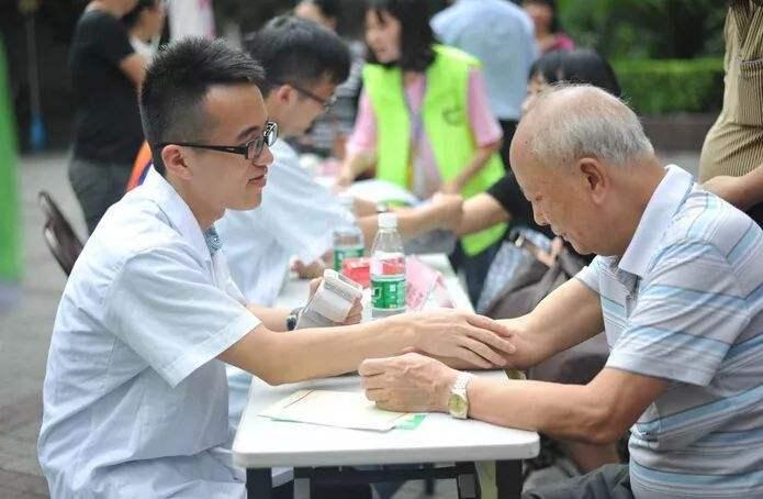 龙湖智慧服务,更懂关爱老人的点滴