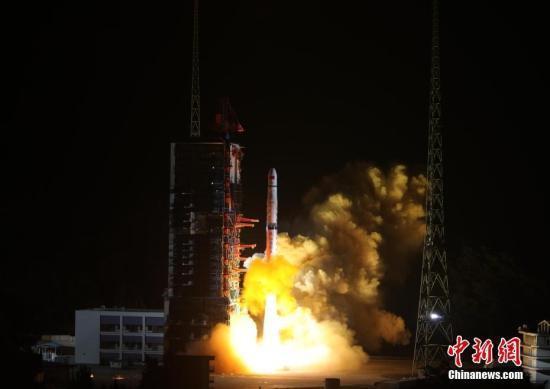 """嫦娥四号中继星""""鹊桥""""顺利进入使命轨道运行"""