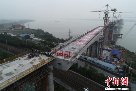 湖北汉十高铁崔家桥汉江特大桥成功转体